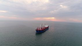 Воздушный грузовой корабль отснятого видеоматериала плавая в гавань сток-видео