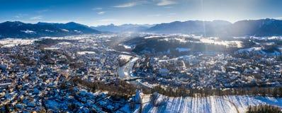 Воздушный известный старый городок плохой зимы kalvarienberg toelz - Бавария - Германия стоковые фото