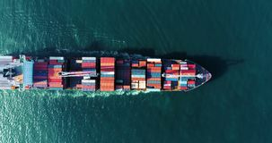 Воздушный контейнеровоз взгляда сверху бежать с волной в море, Таиланде