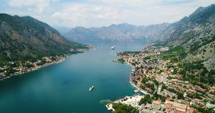Воздушный красивый вид залива Kotor Туристическое судно состыкованное в красивом летнем дне Timelapse сток-видео