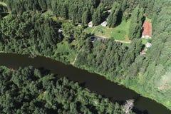 Воздушный красивый вид реки и деревни среди леса стоковое фото rf