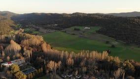 Воздушный ландшафт Андалусии отснятого видеоматериала трутня на заходе солнца Cazalla de Ла Сьерра Ribera del Hueznar видеоматериал