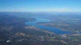 Воздушный ландшафт озера Maggiore в Италии из окна самолета стоковое изображение rf