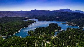 Воздушный, ландшафт трутня над наконечником озера, Калифорния стоковые изображения