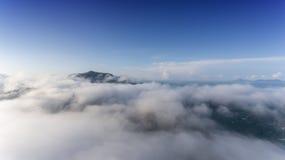 Воздушный ландшафт тумана утра стоковая фотография