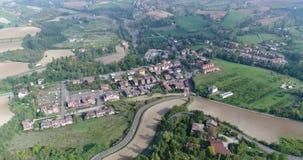 Воздушный надземный взгляд виноградников Италии, малого средневекового городка Италии, панорамного взгляда сверху виноградников видеоматериал