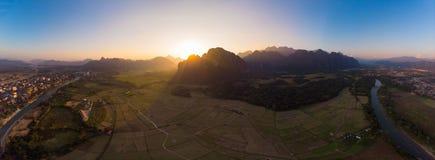 Воздушный: Назначение перемещения backpacker Vang Vieng в Лаосе, Азии Заход солнца над сценарными скалами и башенками утеса, доли стоковое фото rf