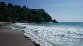 Воздушный низкий взгляд волн океана разбивая против песчаного пляжа видеоматериал