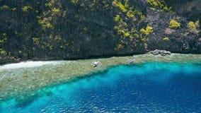 Воздушный объезжая отснятый видеоматериал туристских шлюпок завишет над коралловым рифом около святыни Matinlok El Nido, Palawan  видеоматериал