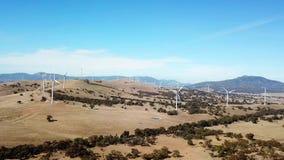 Воздушный отснятый видеоматериал ветровой электростанции на холмах акции видеоматериалы