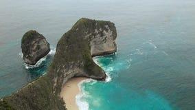 Воздушный отснятый видеоматериал залива Manta или пляж Kelingking на острове Nusa Penida, Бали, Индонезии видеоматериал