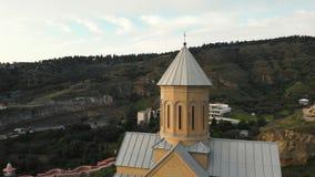 воздушный отснятый видеоматериал запаса 4K исторического собора, церков на вечере под голубым тяжелым небом в Тбилиси, Georgia ка акции видеоматериалы