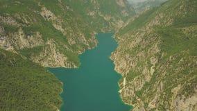 Воздушный отснятый видеоматериал озера Piva сток-видео