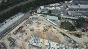 Воздушный отснятый видеоматериал полета 4k трутня: Кран конструкции и здание против голубого неба акции видеоматериалы