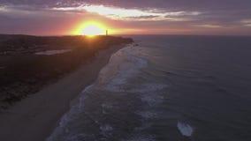 Воздушный отснятый видеоматериал причаливать разделенному маяку пункта, большой дороге океана сток-видео