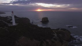 Воздушный отснятый видеоматериал причаливать разделенному маяку пункта, большой дороге океана акции видеоматериалы