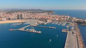 Воздушный отснятый видеоматериал трутня, гавань маленького города, Palamos Испании, в Косте Brava акции видеоматериалы