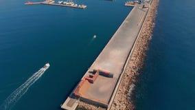 Воздушный отснятый видеоматериал трутня, гавань маленького города, Palamos Испании, в Косте Brava видеоматериал