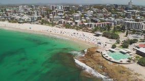 Воздушный отснятый видеоматериал трутня океанских волн на занятые короли приставает к берегу, Caloundra, Австралия видеоматериал