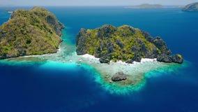 Воздушный отснятый видеоматериал трутня острова Shimizu от расстояния в El Nido, Palawan, Филиппинах Утесы и кристально ясная бир сток-видео
