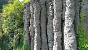 Воздушный отснятый видеоматериал трутня от старого столбца базальта в Венгрии, горе St. George сток-видео