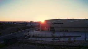 Воздушный отснятый видеоматериал фабрики воздушных судн Боинга Великобритании перед красивым заходом солнца акции видеоматериалы
