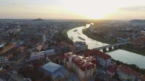 Воздушный отснятый видеоматериал центра города Mukachevo - взгляд сверху на времени захода солнца сток-видео