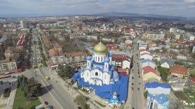 Воздушный отснятый видеоматериал центра города Uzhgorod - взгляд сверху церков в лете время девушки дня славное сь сток-видео