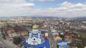 Воздушный отснятый видеоматериал центра города Uzhgorod - взгляд сверху церков в лете время девушки дня славное сь акции видеоматериалы