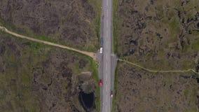 Воздушный отснятый видеоматериал 4K дороги пропуска змейки и окружающего пикового национального парка района летом 2019 сток-видео