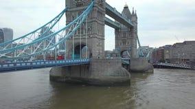 воздушный отснятый видеоматериал 4K известного моста башни на пасмурном утре видеоматериал