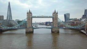 воздушный отснятый видеоматериал 4K известного моста башни с движением и известными небоскребами сток-видео