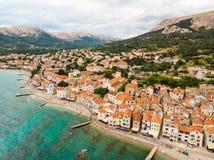 Воздушный панорамный взгляд городка Baska, популярного touristic назначения на острове Krk, Хорватии, Европе Стоковое Изображение RF