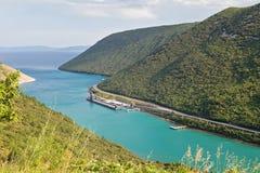 Воздушный панорамный взгляд к малому морскому порту в Хорватии Стоковое фото RF