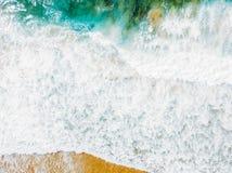 Воздушный панорамный взгляд трутня голубых океанских волн задавливая на песчаном пляже Стоковая Фотография