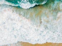 Воздушный панорамный взгляд трутня голубых океанских волн задавливая на песчаном пляже Стоковые Изображения RF
