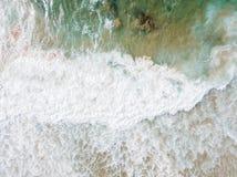 Воздушный панорамный взгляд трутня голубых океанских волн задавливая на песчаном пляже Стоковые Фото