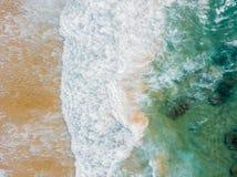 Воздушный панорамный взгляд трутня голубых океанских волн задавливая на песчаном пляже Стоковые Изображения