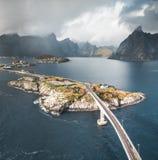 Воздушный панорамный вид рыбацкого поселка Reine традиционного в архипелаге Lofoten в северной Норвегии с голубым морем стоковое изображение rf