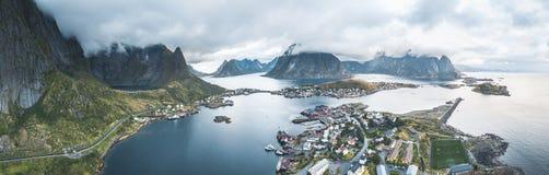 Воздушный панорамный вид трутня рыбацкого поселка Reine традиционного в архипелаге Lofoten в северной Норвегии с синью стоковые фотографии rf