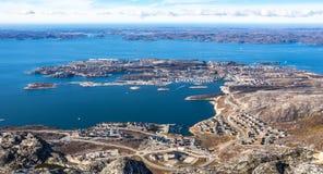 Воздушный панорамный полно- взгляд города и фьорда Nuuk от верхней части o Стоковое фото RF
