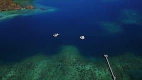 Воздушный пейзаж голубого моря в Labuan Bajo видеоматериал