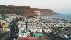 Воздушный передний обзор маленького испанского портового города Puerto Mogan, Гран-Канарии акции видеоматериалы