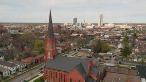 Воздушный повышаться вверх над длинным плоским городским горизонтом города в Fort Wayne Индиане сток-видео