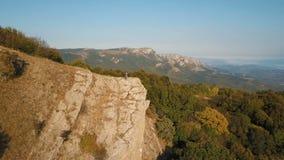 Воздушный полет над молодыми парами стоя на скале окаймляет былинную высокогорную горную цепь и путешествует романтичное видеоматериал