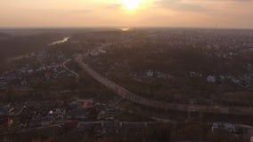 Воздушный полет трутня над пригородным районом на шоссе маленького города акции видеоматериалы