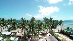 Воздушный полет трутня над тропическим пляжем бирюзы рая с пальмами и бунгало El Nido, Филиппины акции видеоматериалы