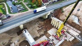 Воздушный район строительства моста с 2 кранами и дорогой конкретных beems близрасположенной видеоматериал