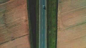 Воздушный сигнал вне дорога между полями 4K