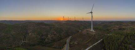 Воздушный силуэт турбин ветровой электростанции на заходе солнца Очистите силу возобновляющей энергии производя ветрянки Стоковые Изображения RF